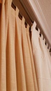 como hacer cortinas con tablas y trabillas