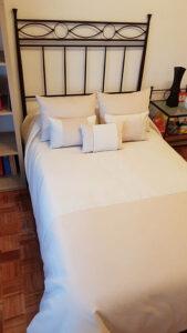 cama con complementos textiles
