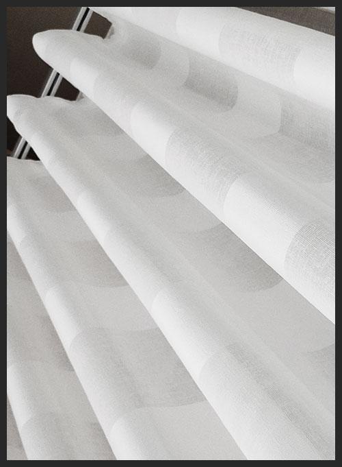 visillo con rayas horizontales en blanco